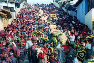 Hundreds of Maya-Kiché campesinos participate in the funeral procession of the remains of people assassinated in several massacres around the village of Chontalá, Department of El Quiché. Chichicastenago, El Quiché, Guatemala, 29/10/91.